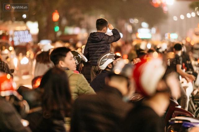 Vỉa hè Hà Nội trở thành chợ thời trang, trẻ em ngồi thùng xốp phụ bố mẹ bán hàng ngày cận Tết - Ảnh 16.