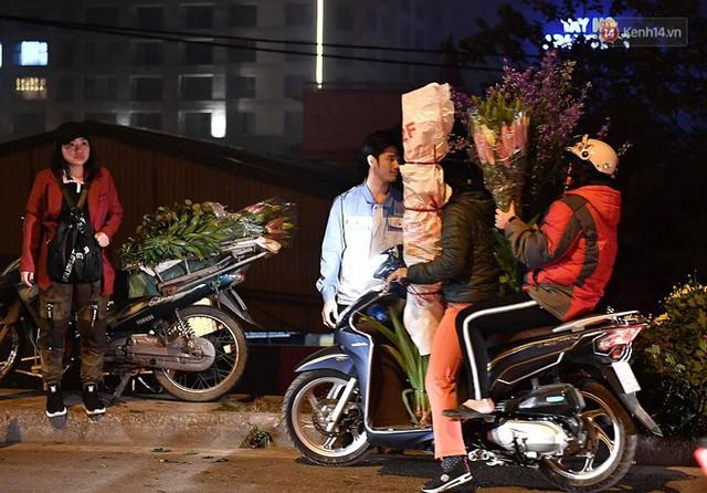 Người dân chen chúc đi mua hoa tại chợ Quảng An, giao thông qua chợ ùn tắc kéo dài - Ảnh 17.
