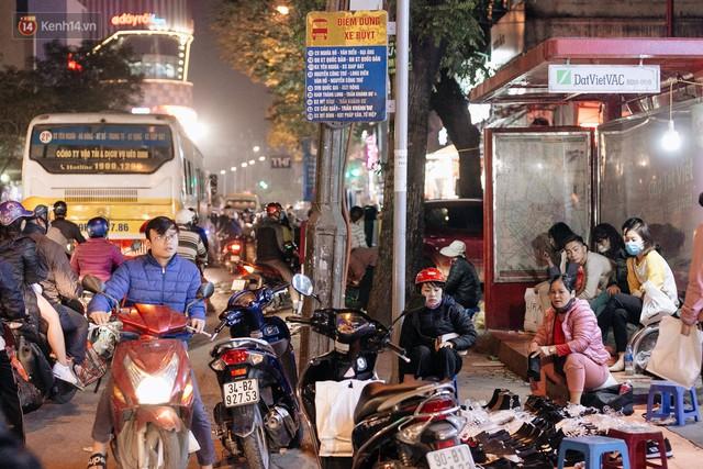 Vỉa hè Hà Nội trở thành chợ thời trang, trẻ em ngồi thùng xốp phụ bố mẹ bán hàng ngày cận Tết - Ảnh 17.