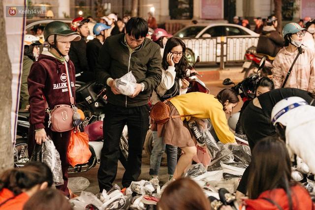 Vỉa hè Hà Nội trở thành chợ thời trang, trẻ em ngồi thùng xốp phụ bố mẹ bán hàng ngày cận Tết - Ảnh 18.