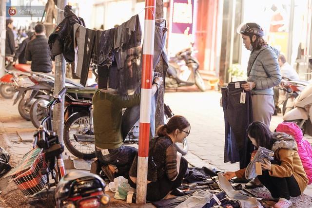 Vỉa hè Hà Nội trở thành chợ thời trang, trẻ em ngồi thùng xốp phụ bố mẹ bán hàng ngày cận Tết - Ảnh 19.
