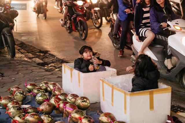 Vỉa hè Hà Nội trở thành chợ thời trang, trẻ em ngồi thùng xốp phụ bố mẹ bán hàng ngày cận Tết - Ảnh 20.
