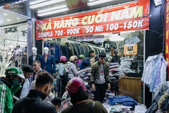 Vỉa hè Hà Nội trở thành chợ thời trang, trẻ em ngồi thùng xốp phụ bố mẹ bán hàng ngày cận Tết - Ảnh 3.