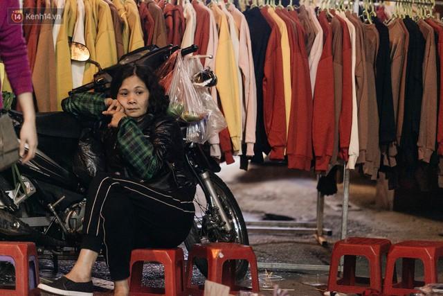 Vỉa hè Hà Nội trở thành chợ thời trang, trẻ em ngồi thùng xốp phụ bố mẹ bán hàng ngày cận Tết - Ảnh 21.