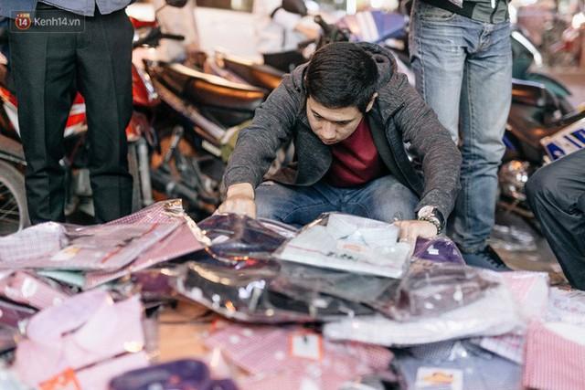Vỉa hè Hà Nội trở thành chợ thời trang, trẻ em ngồi thùng xốp phụ bố mẹ bán hàng ngày cận Tết - Ảnh 22.