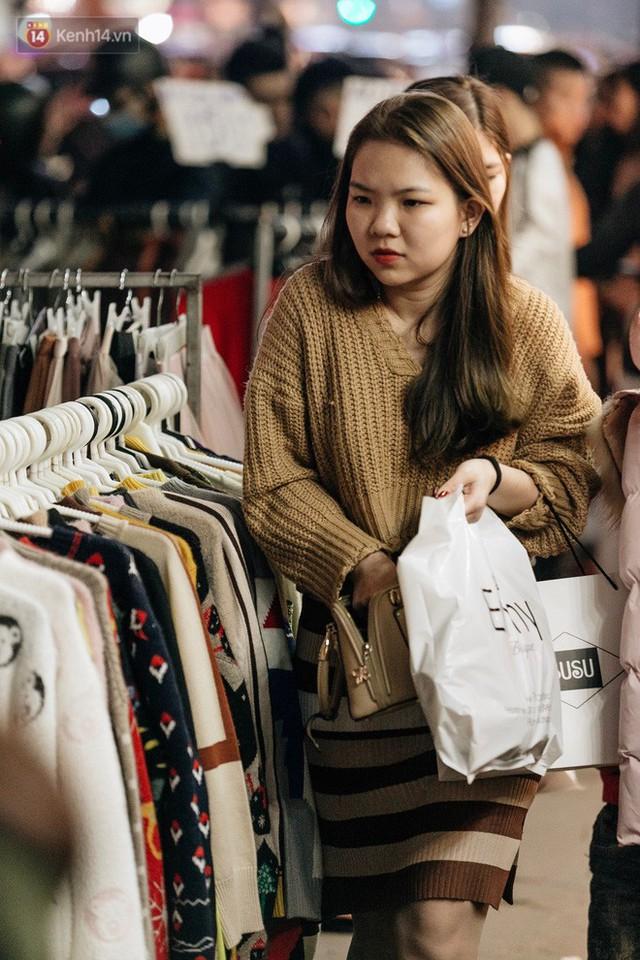 Vỉa hè Hà Nội trở thành chợ thời trang, trẻ em ngồi thùng xốp phụ bố mẹ bán hàng ngày cận Tết - Ảnh 23.
