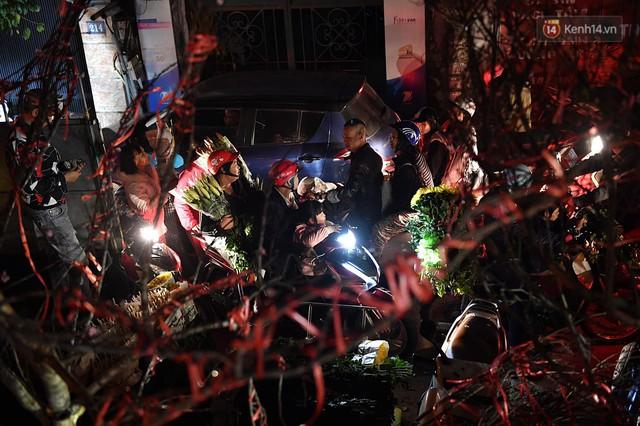 Người dân chen chúc đi mua hoa tại chợ Quảng An, giao thông qua chợ ùn tắc kéo dài - Ảnh 4.