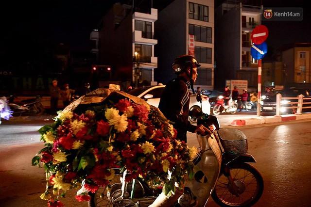 Người dân chen chúc đi mua hoa tại chợ Quảng An, giao thông qua chợ ùn tắc kéo dài - Ảnh 5.