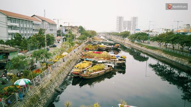 Chùm ảnh: Những chiếc thuyền đầy ắp hoa xuân cập bến ở Sài Gòn qua góc nhìn xinh xắn từ flycam - Ảnh 5.