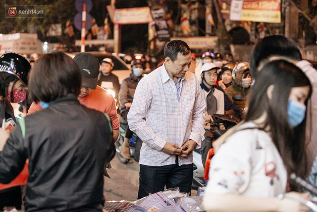 Vỉa hè Hà Nội trở thành chợ thời trang, trẻ em ngồi thùng xốp phụ bố mẹ bán hàng ngày cận Tết - Ảnh 5.