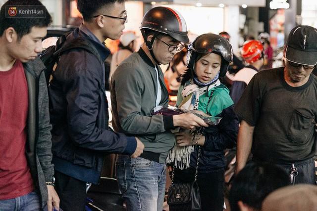 Vỉa hè Hà Nội trở thành chợ thời trang, trẻ em ngồi thùng xốp phụ bố mẹ bán hàng ngày cận Tết - Ảnh 6.
