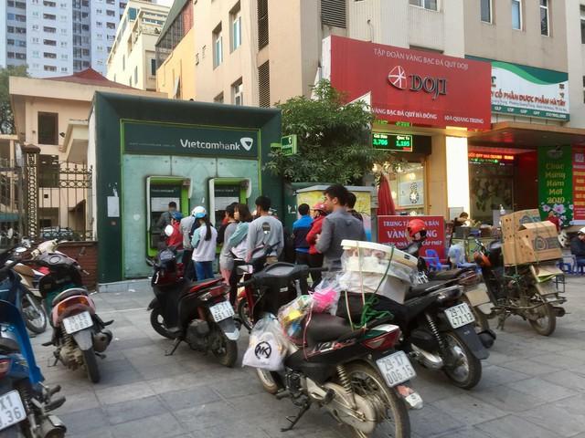 Khổ như đi rút tiền ngày Tết: Chạy xe vài km tìm cây ATM, mang theo cả ghế nhựa ngồi xếp hàng chờ đến lượt - Ảnh 7.