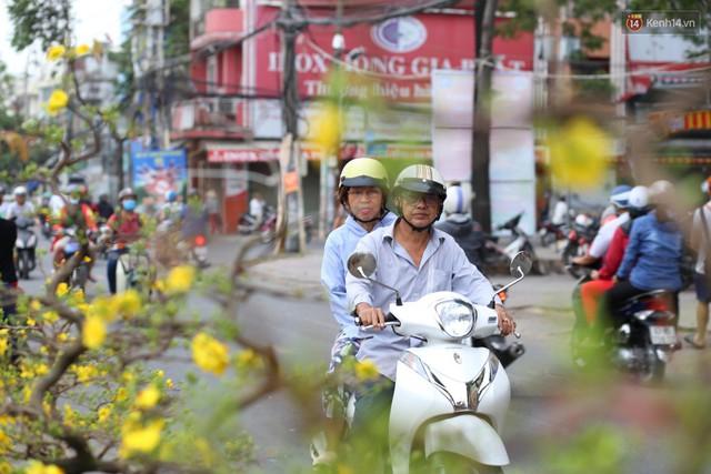 Chùm ảnh: Những chiếc thuyền đầy ắp hoa xuân cập bến ở Sài Gòn qua góc nhìn xinh xắn từ flycam - Ảnh 8.