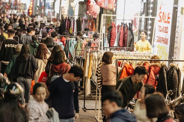Vỉa hè Hà Nội trở thành chợ thời trang, trẻ em ngồi thùng xốp phụ bố mẹ bán hàng ngày cận Tết - Ảnh 8.