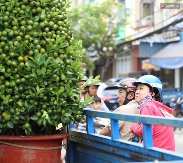 Chùm ảnh: Những chiếc thuyền đầy ắp hoa xuân cập bến ở Sài Gòn qua góc nhìn xinh xắn từ flycam - Ảnh 9.