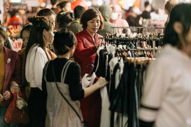 Vỉa hè Hà Nội trở thành chợ thời trang, trẻ em ngồi thùng xốp phụ bố mẹ bán hàng ngày cận Tết - Ảnh 9.