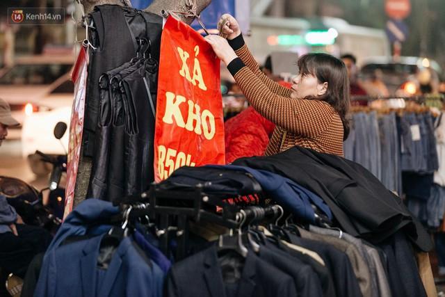 Vỉa hè Hà Nội trở thành chợ thời trang, trẻ em ngồi thùng xốp phụ bố mẹ bán hàng ngày cận Tết - Ảnh 10.