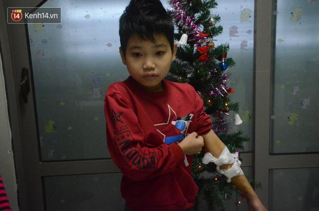 Xót lòng những đứa trẻ phải đón tết trước cổng bệnh viện ở Hà Nội: Nhắc đến quê nhà lại ứa nước mắt vì nhớ - Ảnh 1.