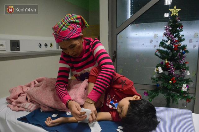 Xót lòng những đứa trẻ phải đón tết trước cổng bệnh viện ở Hà Nội: Nhắc đến quê nhà lại ứa nước mắt vì nhớ - Ảnh 2.