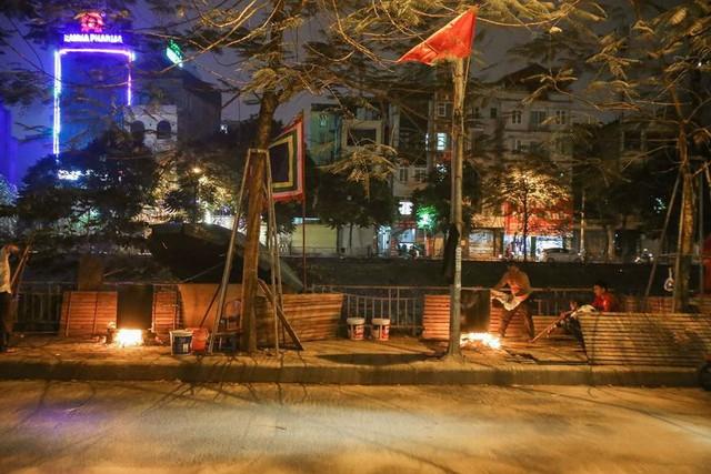 Người dân Hà Nội thức xuyên đêm luộc bánh chưng ở vỉa hè  - Ảnh 1.