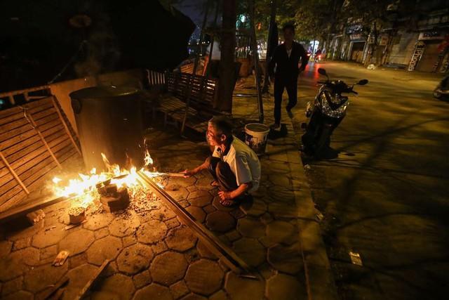 Người dân Hà Nội thức xuyên đêm luộc bánh chưng ở vỉa hè  - Ảnh 2.