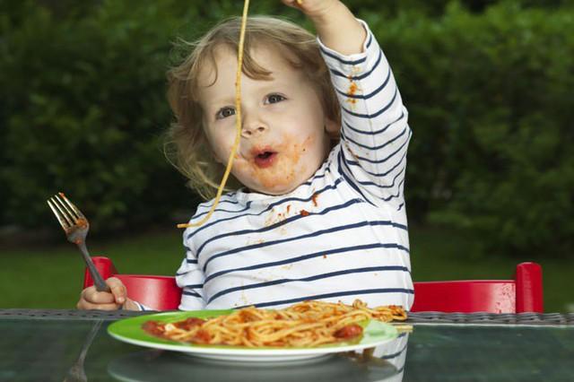 Cha mẹ áp dụng những mẹo này là sẽ đập tan ngay tính nhõng nhẽo, khảnh ăn của con trong ngày Tết - Ảnh 1.