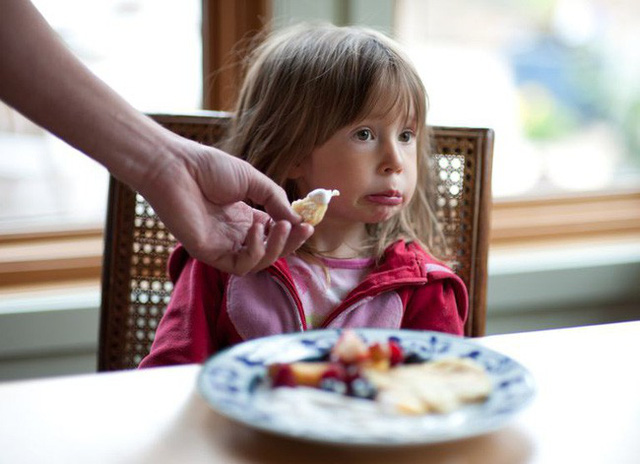 Cha mẹ áp dụng những mẹo này là sẽ đập tan ngay tính nhõng nhẽo, khảnh ăn của con trong ngày Tết - Ảnh 2.