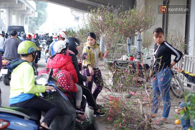 """Nỗi niềm của những người chở Tết đi khắp phố phường: """"Mong bán hết chỗ đào để kịp về ăn bữa cơm tất niên, năm nào cũng về muộn buồn lắm"""" - Ảnh 11."""