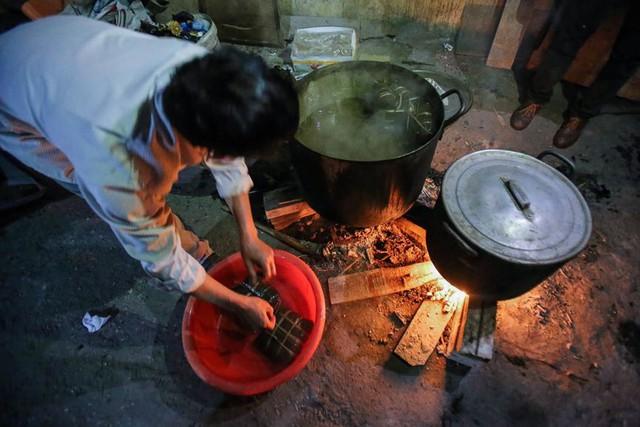 Người dân Hà Nội thức xuyên đêm luộc bánh chưng ở vỉa hè  - Ảnh 11.