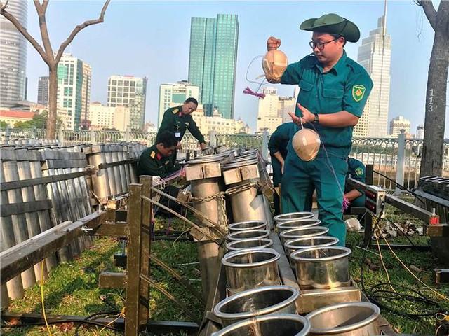 Trận địa 2.700 quả pháo hoa chờ khai hoả đón giao thừa ở Sài Gòn - Ảnh 12.
