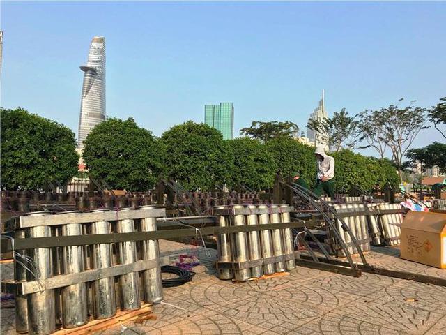 Trận địa 2.700 quả pháo hoa chờ khai hoả đón giao thừa ở Sài Gòn - Ảnh 13.