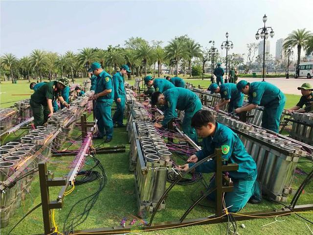 Trận địa 2.700 quả pháo hoa chờ khai hoả đón giao thừa ở Sài Gòn - Ảnh 19.