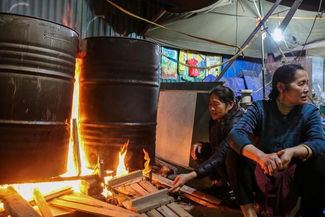 Người dân Hà Nội thức xuyên đêm luộc bánh chưng ở vỉa hè  - Ảnh 5.