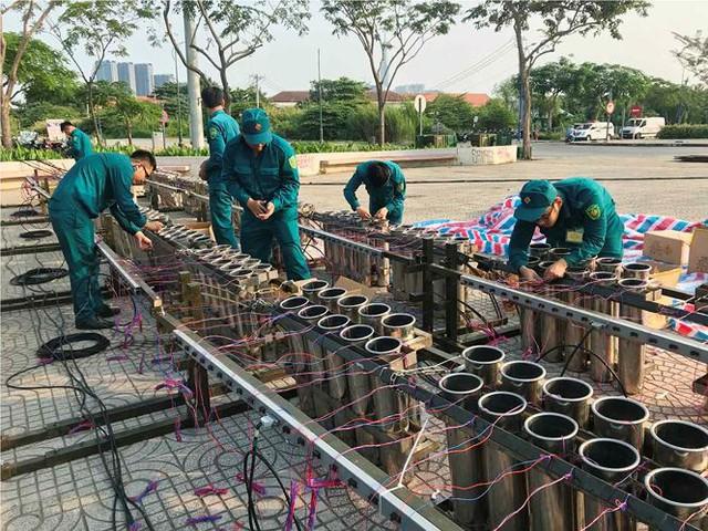 Trận địa 2.700 quả pháo hoa chờ khai hoả đón giao thừa ở Sài Gòn - Ảnh 5.