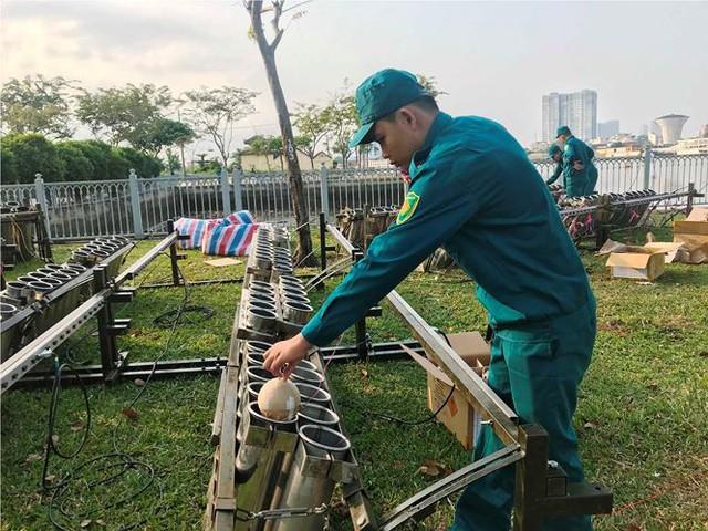 Trận địa 2.700 quả pháo hoa chờ khai hoả đón giao thừa ở Sài Gòn - Ảnh 6.