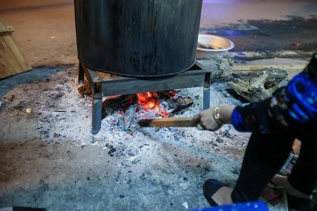 Người dân Hà Nội thức xuyên đêm luộc bánh chưng ở vỉa hè  - Ảnh 9.
