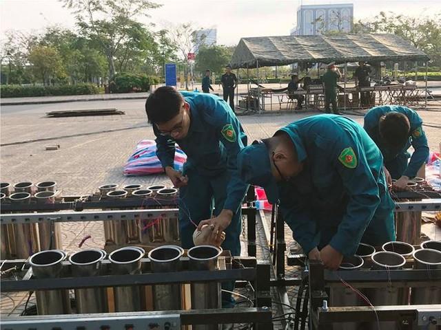 Trận địa 2.700 quả pháo hoa chờ khai hoả đón giao thừa ở Sài Gòn - Ảnh 10.
