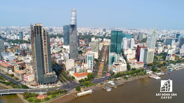 Chào đón ngày đầu năm Kỷ Hợi, người Sài Gòn háo hức đến đường hoa Nguyễn Huệ - Ảnh 2.
