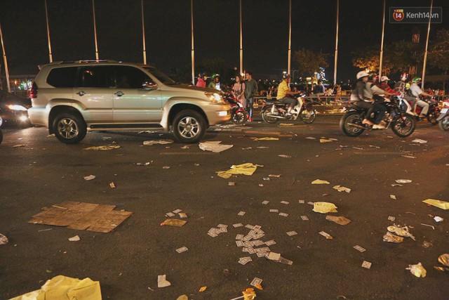 Sài Gòn ngập rác đêm giao thừa: Đằng sau niềm vui năm mới là đêm trắng của công nhân vệ sinh - Ảnh 1.
