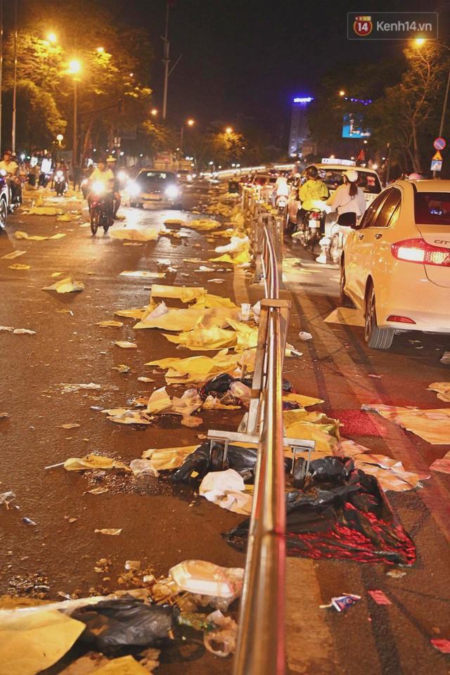 Sài Gòn ngập rác đêm giao thừa: Đằng sau niềm vui năm mới là đêm trắng của công nhân vệ sinh - Ảnh 2.