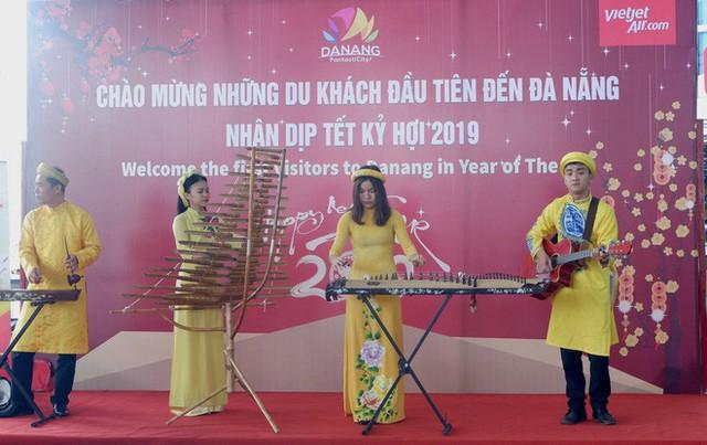 Đà Nẵng đón đoàn khách quốc tế đầu tiên trong năm mới Kỷ Hợi - Ảnh 1.