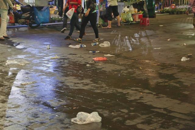 Sài Gòn ngập rác đêm giao thừa: Đằng sau niềm vui năm mới là đêm trắng của công nhân vệ sinh - Ảnh 5.