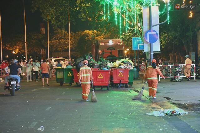 Sài Gòn ngập rác đêm giao thừa: Đằng sau niềm vui năm mới là đêm trắng của công nhân vệ sinh - Ảnh 6.