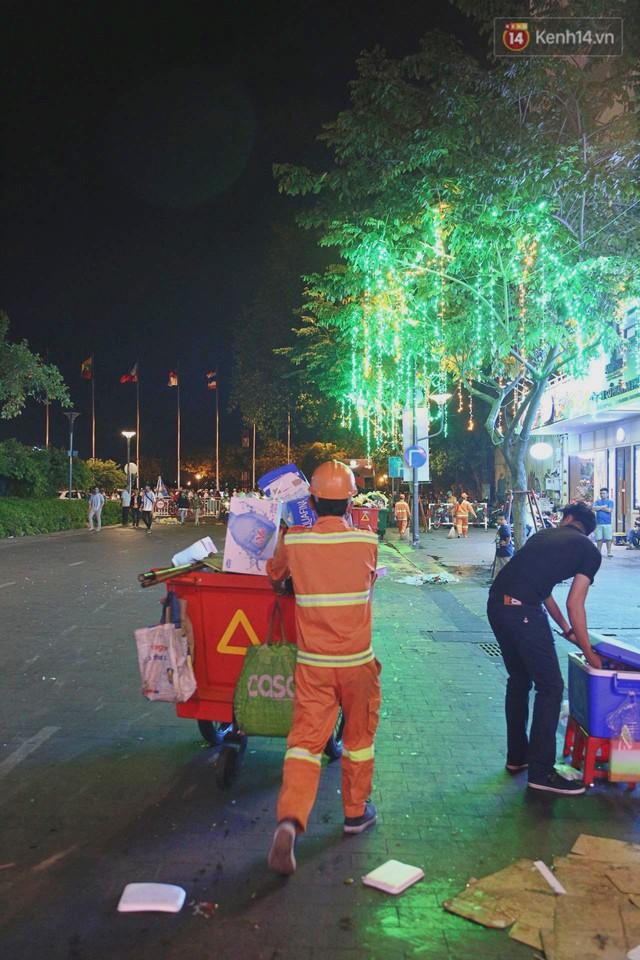 Sài Gòn ngập rác đêm giao thừa: Đằng sau niềm vui năm mới là đêm trắng của công nhân vệ sinh - Ảnh 7.