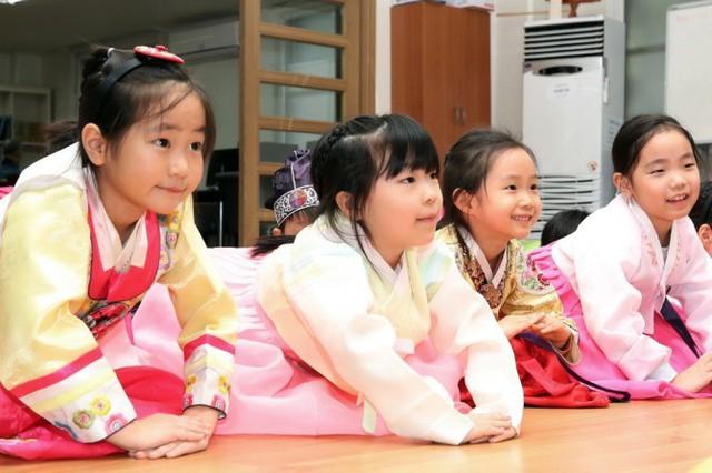 Điều bất ngờ trong những bao lì xì khắp thế giới: Người Hàn Quốc không chỉ lì xì tiền - Ảnh 1.