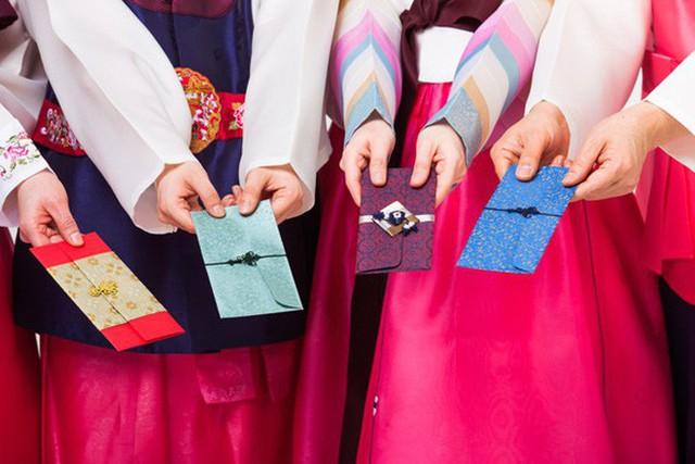 Điều bất ngờ trong những bao lì xì khắp thế giới: Người Hàn Quốc không chỉ lì xì tiền - Ảnh 2.