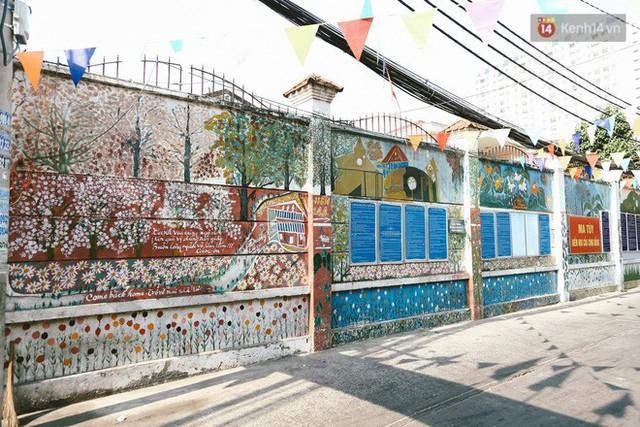 Ông giáo về hưu mang đến những bức tranh mùa xuân mới trong con hẻm nhỏ bình dị ở Sài Gòn - Ảnh 1.
