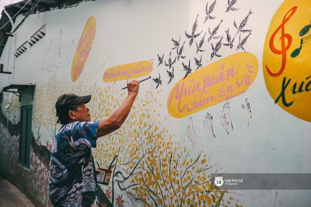 Ông giáo về hưu mang đến những bức tranh mùa xuân mới trong con hẻm nhỏ bình dị ở Sài Gòn - Ảnh 2.