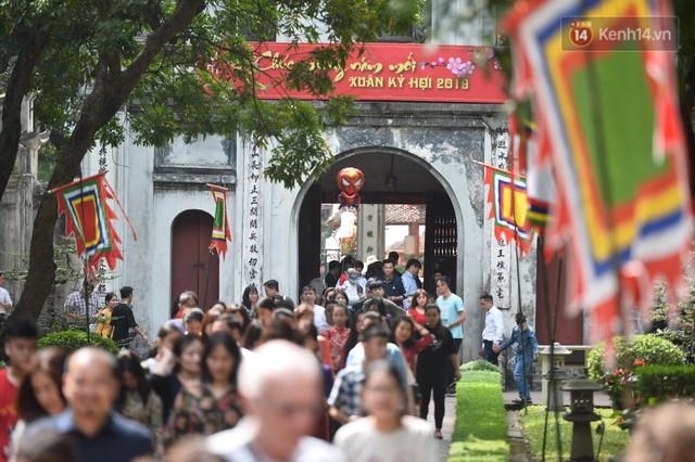 Du khách nườm nượp đổ về các khu vui chơi ở Hà Nội để xin chữ và chụp ảnh dịp Tết Kỷ Hợi 2019 - Ảnh 1.