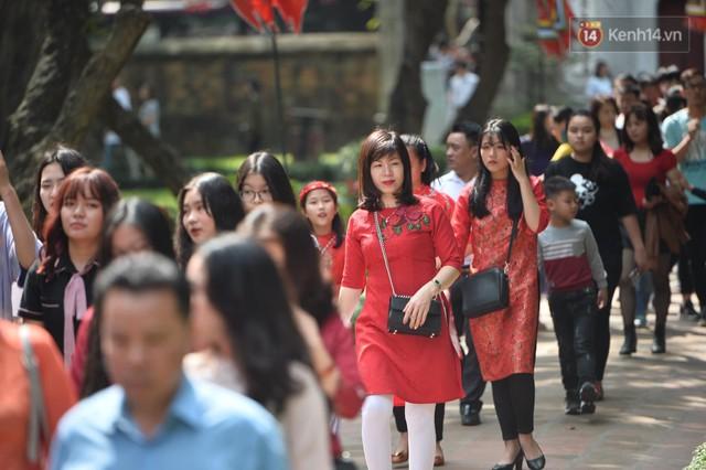 Du khách nườm nượp đổ về các khu vui chơi ở Hà Nội để xin chữ và chụp ảnh dịp Tết Kỷ Hợi 2019 - Ảnh 2.